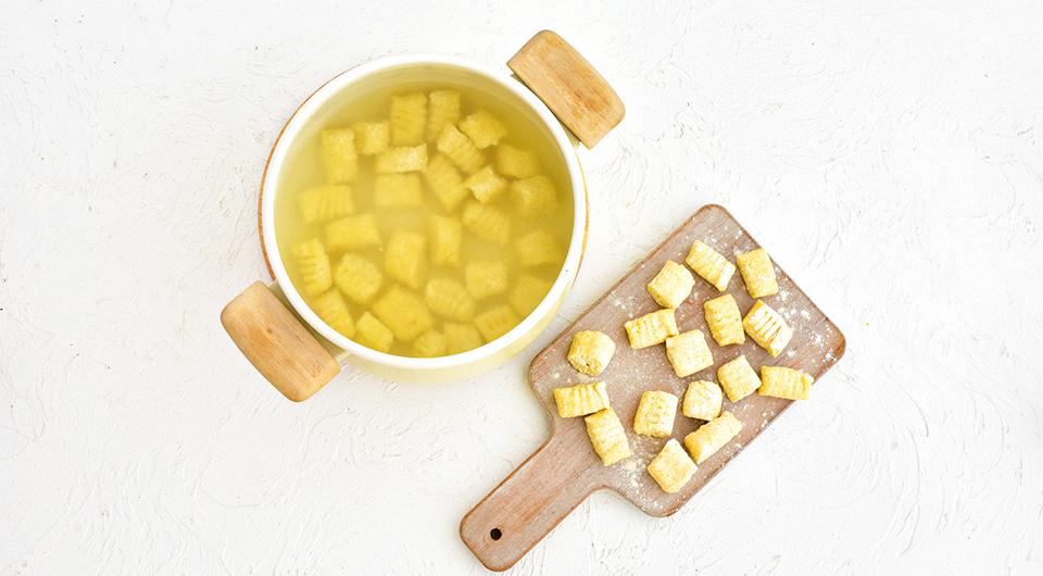 Фото приготовления рецепта: Ньокки творожные с соусом из тушеной телятины, шаг №9