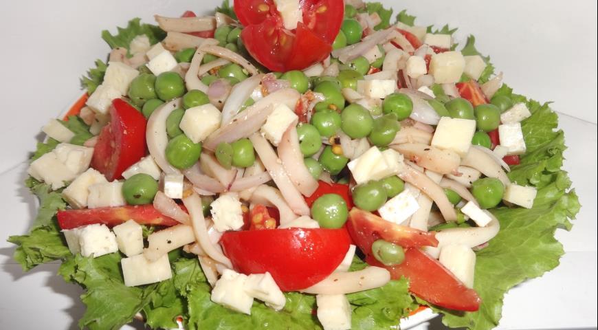 Салат с кальмарами, брынзой и зелёным горошком, пошаговый рецепт с фото