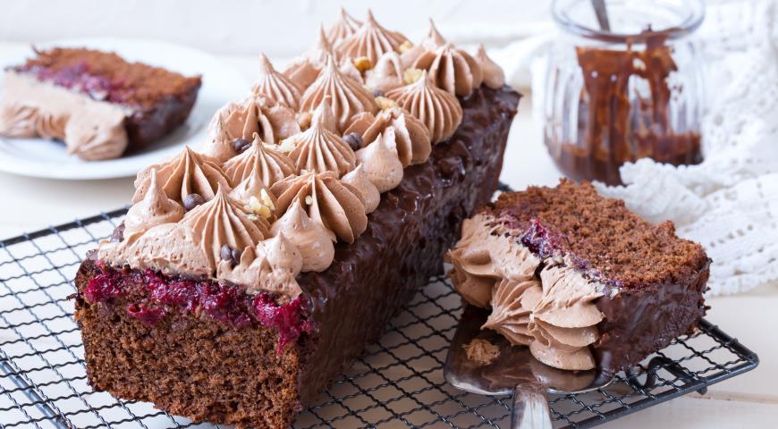 Шоколадный кекс с вишнёвой начинкой и масляным кремом на швейцарской маренге, пошаговый рецепт с фото