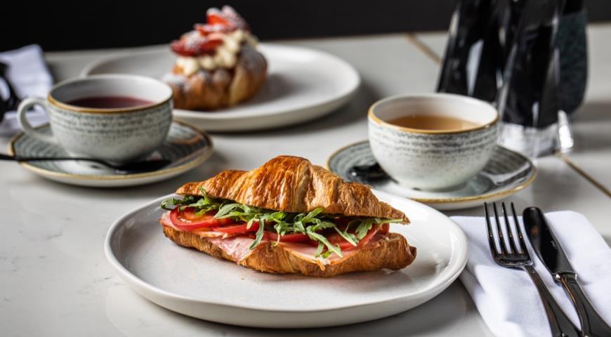 Круассан с окороком, помидорами и творожным сыром, пошаговый рецепт с фото