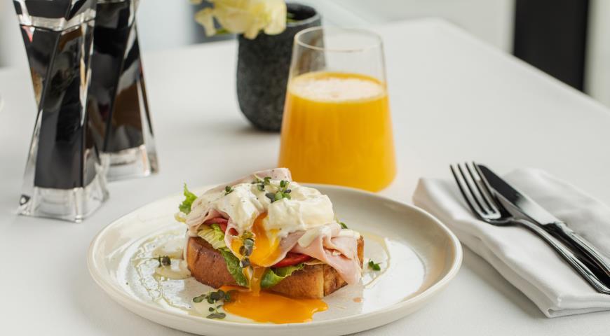 Бриошь с окороком и яйцом-пашот, пошаговый рецепт с фото