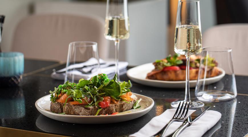 Цельнозерновой тост со слабосоленым лососем и водорослями чука, пошаговый рецепт с фото