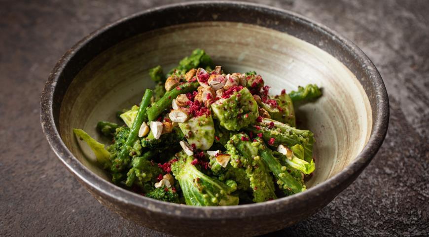 Зеленый салат с брокколи, киноа, орешками и маринованной моцареллой, пошаговый рецепт с фото