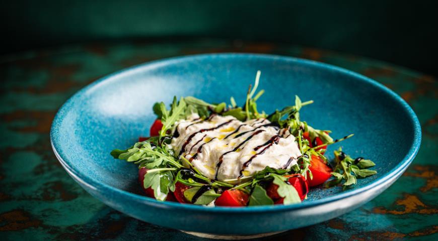 Быстрый салат с рукколой, томатами и страчателлой, пошаговый рецепт с фото