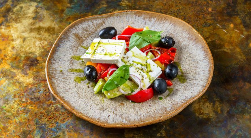 Греческий салат со сладкими томатами и соусом из петрушки, пошаговый рецепт с фото
