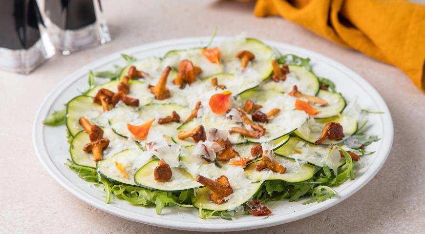 Салат с хрустящими цукини, лисичками и сыром пекорино, пошаговый рецепт с фото