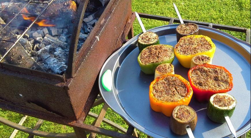 Фото приготовления рецепта: Сезонные овощи гриль, фаршированные мясным фаршем, шаг №5