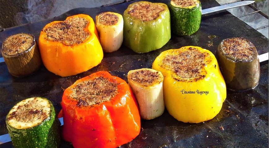 Фото приготовления рецепта: Сезонные овощи гриль, фаршированные мясным фаршем, шаг №6