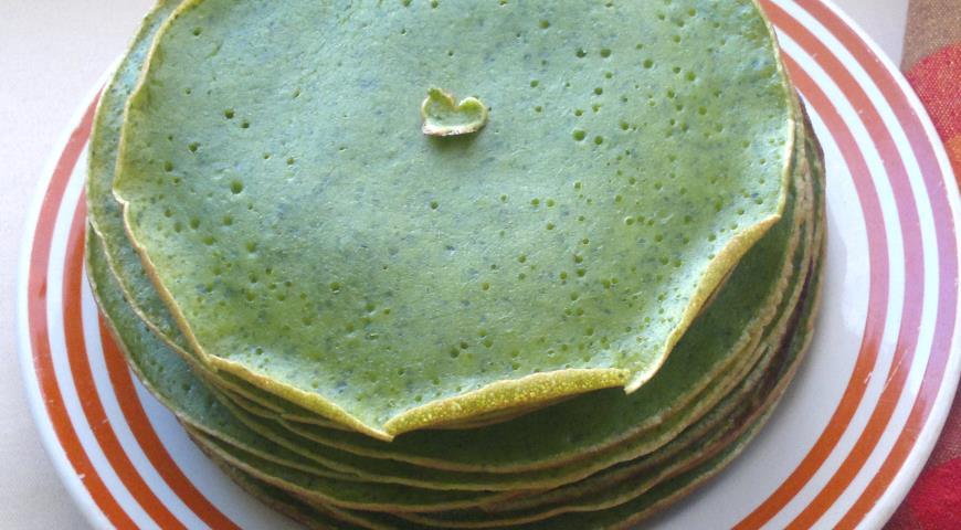 Блинный торт из шпинатных блинчиков с сырно-сливочным кремом, пошаговый рецепт с фото