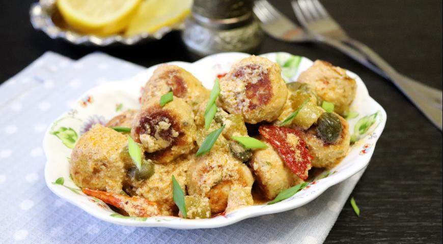 Рыбные фрикадельки в сливочном соусе с каперсами и маринованными огурцами, пошаговый рецепт с фото