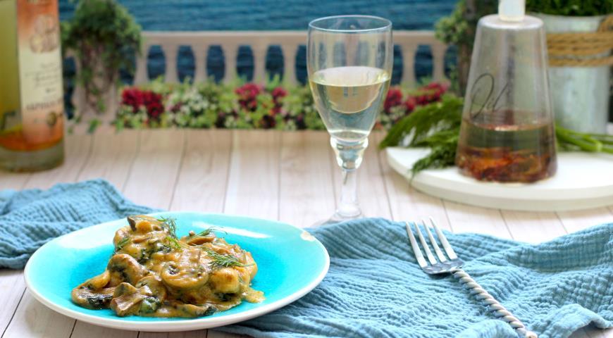 Курица с грибами и шпинатом в сливках, пошаговый рецепт с фото