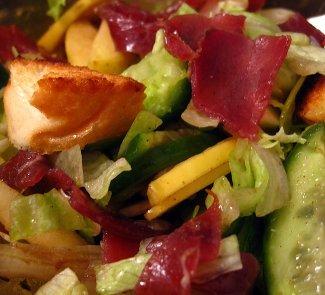 Рецепт Теплый хрустящий салат с бастурмой, крутонами и свежими шампиньонами