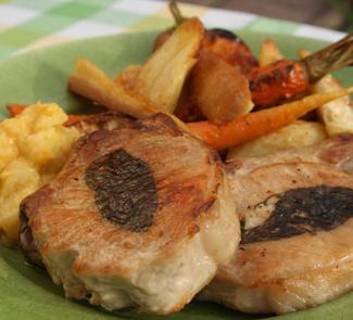 Рецепт Свиные отбивные с запеченными овощами и яблочным соусом