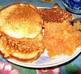 Рецепт Яблочные оладьи с айвовым джемом