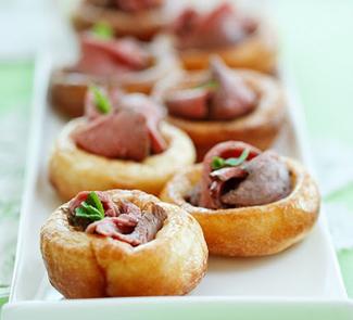 Рецепт Миниатюрные йоркширские пудинги с ростбифом, ягодным конфитюром и шалфеем