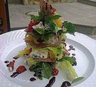 Рецепт Мильфей с сыром бри, вялеными томатами и свекольным соусом