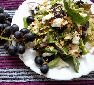 Рецепт Салат с виноградом, фетой и миндальными лепестками
