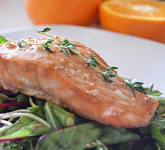 Рецепт Лосось в апельсиновом соусе на подушке из свежей зелени