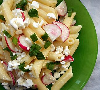 Рецепт Салат с пастой, редисом и творожным сыром