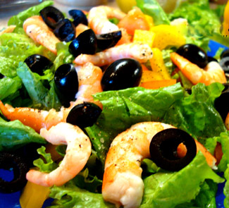 Рецепт Салат из креветок, горбуши, зелени и овощей