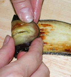 Выложить начинку на баклажан и свернуть в рулетик, для приготовления закуски)