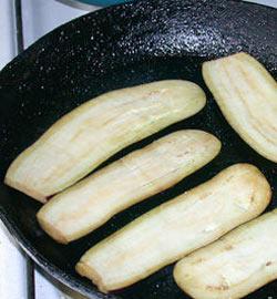 Обжарить баклажаны для приготовления закуски)
