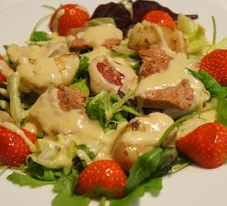 Рецепт Cалат с муссом из утиной печени, морским гребешком и клубникой