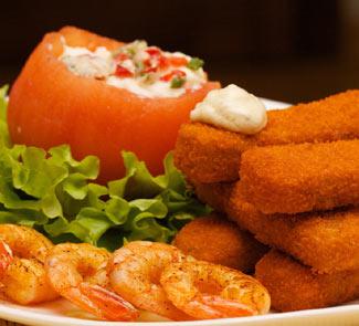 Рецепт Рыбные палочки с листьями салата и яйцом-пашот в помидоре