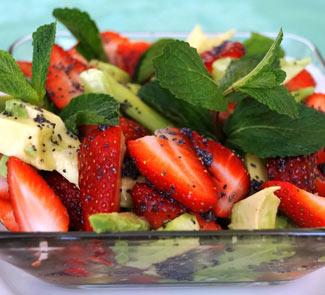 Рецепт Салат из клубники, авокадо, огурца