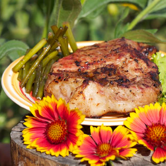 Стейк из свинины с маринованными стрелками чеснока