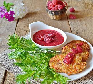 Рецепт Оладьи из индейки с копченым сыром, паприкой и малиновым соусом
