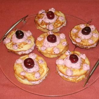 Рецепт Яблочные оладьи с творожно-ягодным кремом