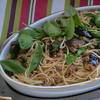 Рецепт Спагетти с печеным баклажаном, ароматным пармиджано и мини-шпинатом