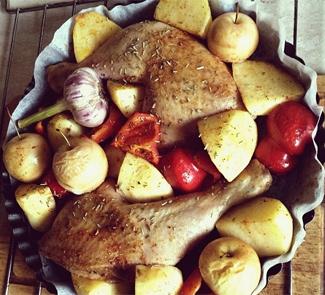 Рецепт Запеченные куриные окорочка с овощами и розмарином