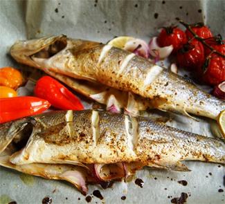 Рецепт Сибас, запеченный с крымским луком и овощами