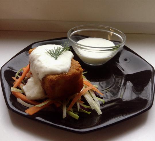 Рецепт Морской окунь в куркуме со свежим салатом и соусом дзадзики