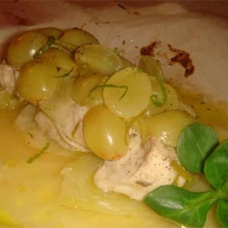 Рецепт Куриная грудка, запеченная с фенхелем и виноградом в пергаменте
