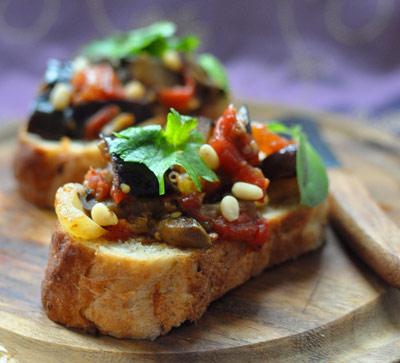 Рецепт Брускетта с сицилийской закуской из баклажан, изюма и кедровых орешков