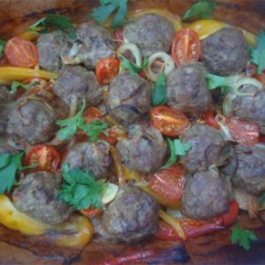 Фрикадельки, запеченные с овощами