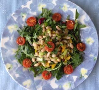Рецепт Салат из белой фасоли с овощами и печеными помидорами